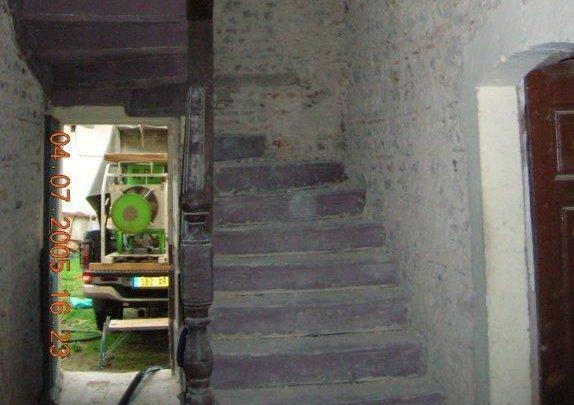 escalier bois et mur en pierre Digoin